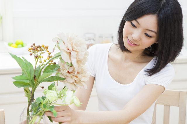 花を飾る女性