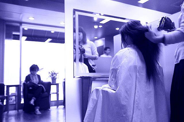 美容院にてヘアケア施術中