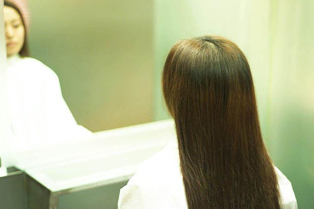 美容院にてヘアケア鏡の前