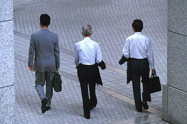 ビジネスマン三人後ろ姿