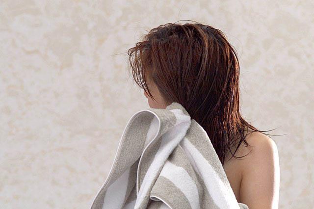 タオルで髪を乾かす女性(タオルドライ)